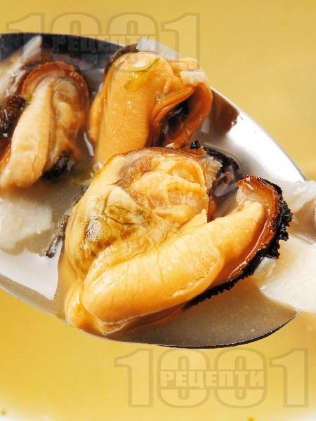 Рибена супа от миди и бяла риба с пасирани каротфи, целина, ряпа и пащърнак - снимка на рецептата
